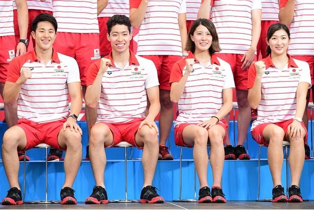 【写真を見る】瀬戸大也選手らとポーズを決める萩野公介選手