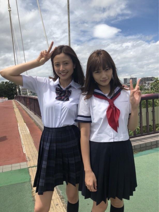 【写真を見る】川口春奈&片瀬那奈が、ひざ上丈スカートの制服姿で美脚披露!