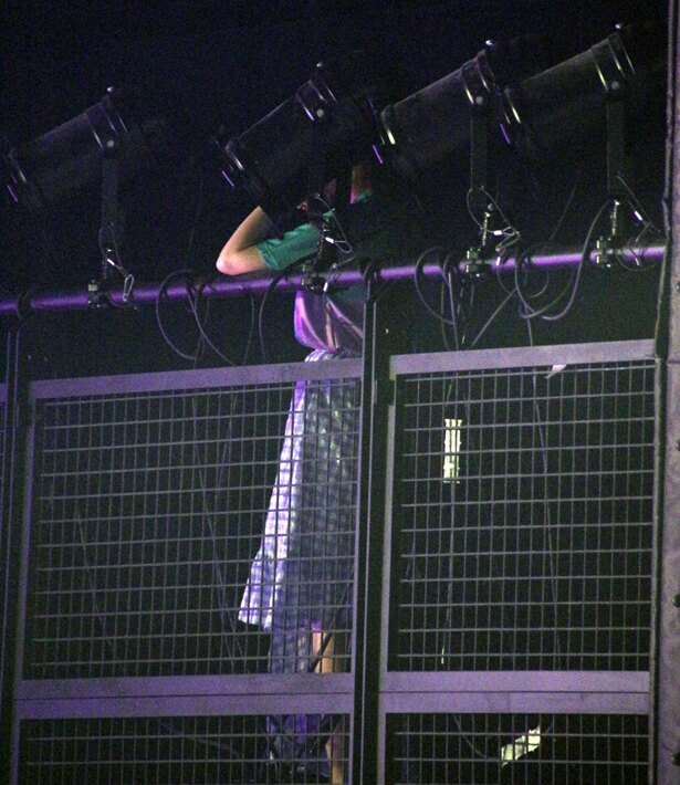 =LOVEのプロデューサー・指原莉乃が照明機器の横からステージを見守る
