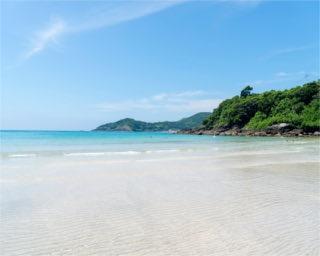 海の青、山々の緑のコントラストがキレイ。ファミリーを中心に県内外から多くの人が訪れる