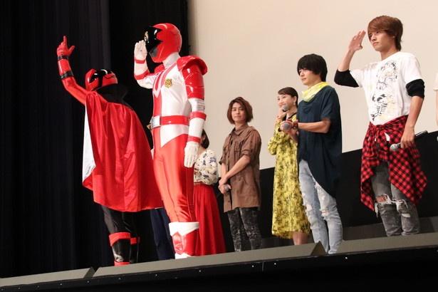 【写真を見る】赤楚衛二がパトレン1号に敬礼ポーズで応える