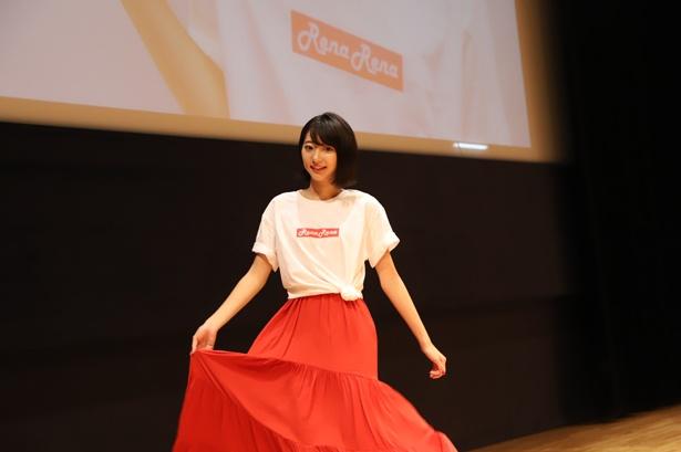 【写真を見る】RenaRenaのロゴがプリントされたTシャツをオトナっぽく着こなす武田玲奈