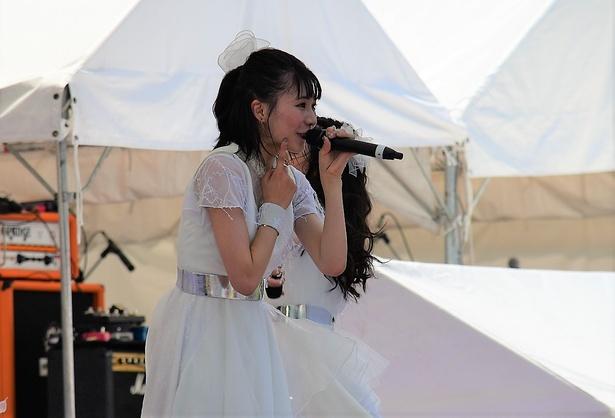 白の衣装も映える東京女子流