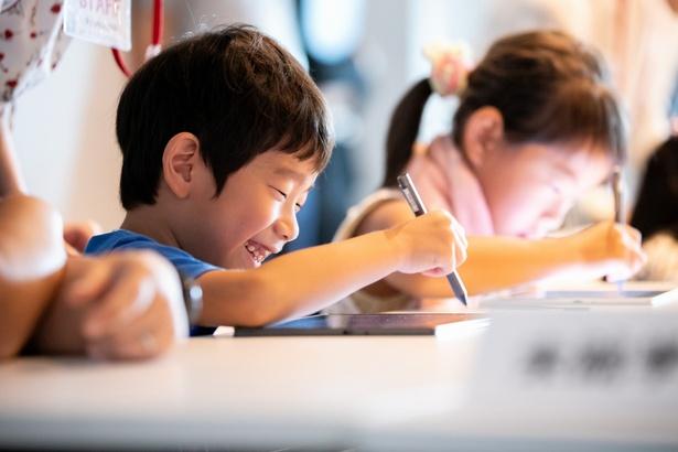 ジュニアクラスはタブレットを使って描画体験