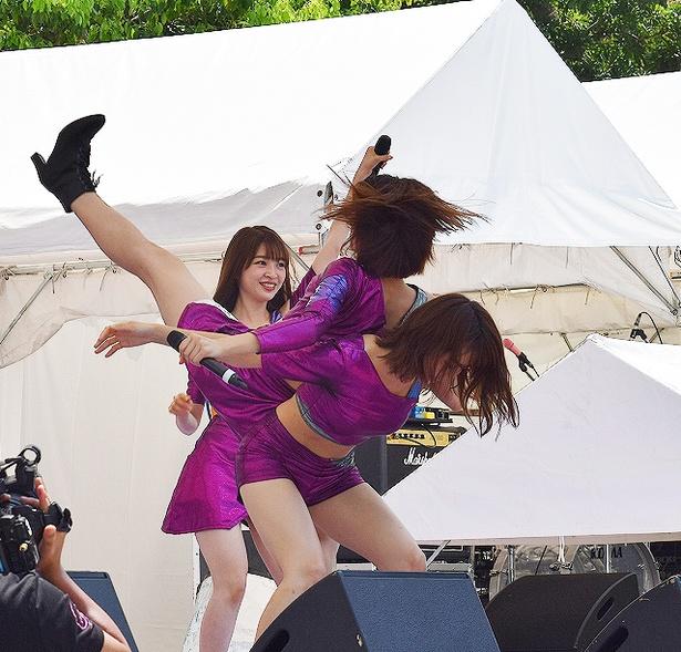 【写真を見る】アイドルとは思えぬ驚異のアクロバット! 脇あかり&浜崎香帆のすごいパフォーマンス
