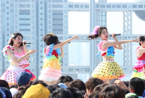 新メンバーのりおにゃん(山本莉唯、左から1人目)も元気にパフォーマンス