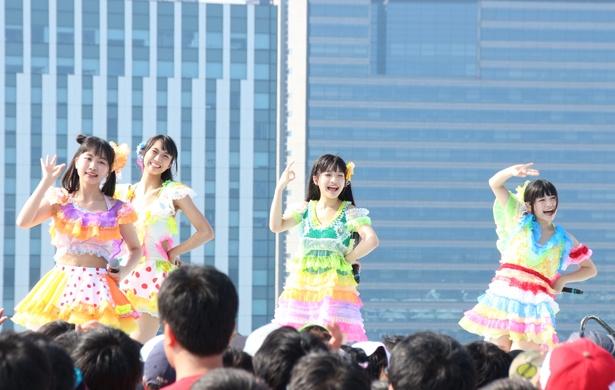 あかりん(中村朱里、左から1人目)と、青組のメンバーたち