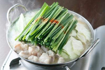 博多 芳々亭 / 「博多もつ鍋」(1人前1350円)は、自家製みそと西京みそをブレンドしたスープが自慢