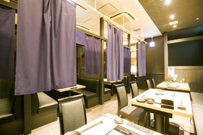 博多もつ鍋おおやま / 店内は黒を基調としたシックな雰囲気。会社での接待などにも重宝する