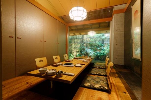 博多表邸 / プライベートな空間を重視した個室がメイン。カウンター席もある