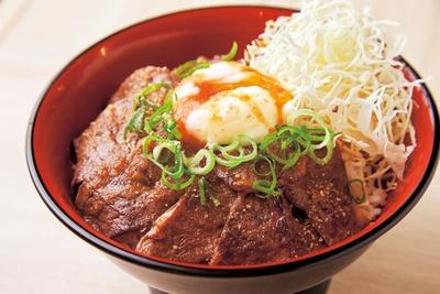 【写真を見る】ランチ限定の温泉卵がのったハラミ丼(780円)/立食焼肉 一穂 本町店