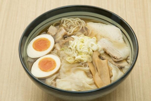 ワンタンメンの満月 / 「極薄ふわとろ煮玉子ワンタンメン」(980円)。豚バラのチャーシューほかワンタン4個、煮卵が入る