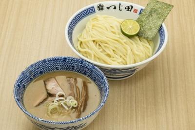 つじ田 / 「濃厚つけ麺」(880円)。肉系スープと魚介ダシのバランスのいいつけ汁。スダチを搾るほか、酢など卓上調味料でも味の変化が楽しめる