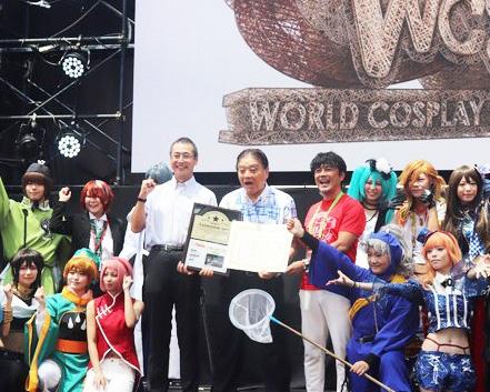 世界コスプレサミットのオープニングステージでは、名古屋市に向けた「訪れてみたい日本のアニメ聖地 88」の認定プレートの贈呈式が行われた