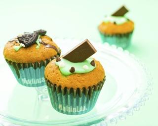 「チョコ&ミントラブ マフィン」(右)と「クッキー&ミントチョコ マフィン」(左・各378円)