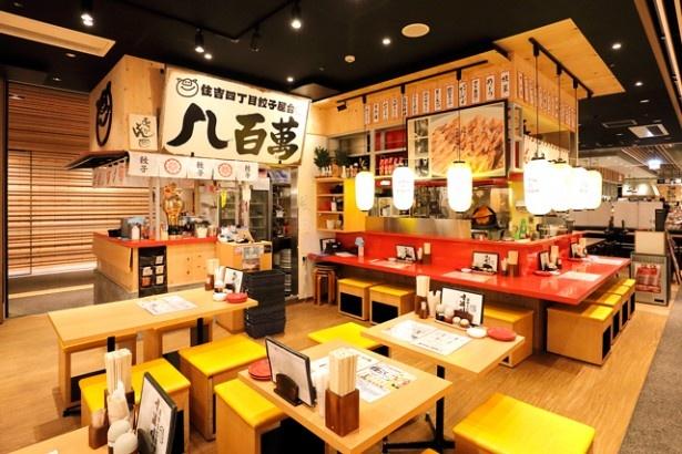 博多一口餃子 ヤオマン / カウンター席とテーブル席を用意する