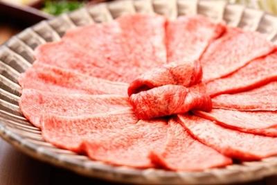 【写真を見る】「博多たんか」の「タンしゃぶ」(1人前2030円※オーダーは2人前から)。サシが美しい牛タン一枚をサッと鍋に泳がせ、カツオダシかポン酢で食す