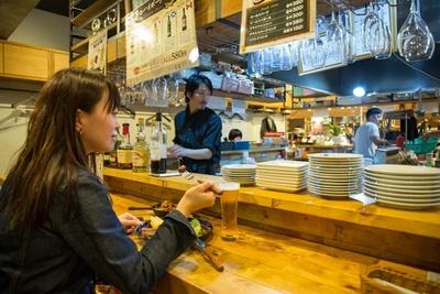 【写真を見る】女性客の7割がひとり客!ひとりで肉を堪能できる「モツビストロ天神ホルモン KITTE博多店」