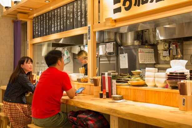 二○加屋長介 JRJP博多ビル店 / 木の素材がふんだんに使われた店内は居心地が良い