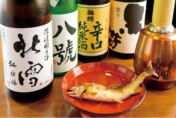 純米酒から大吟醸まで幅広くあるのでスタッフに尋ねよう。また「その日おすすめの焼き魚」(486円)は、骨酒にもしてくれる(810円)