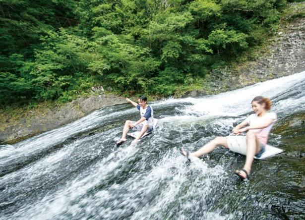 【写真を見る】龍門の滝 / 比較的緩やかな傾斜の中段付近。岩肌は滑りやすいので足元に注意