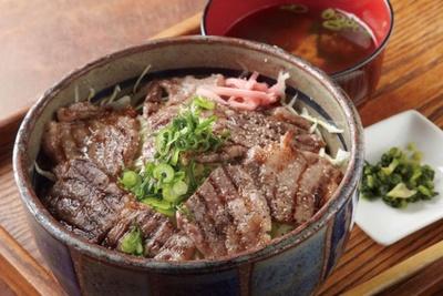 農家レストラン べべんこ / ジューシーな豊後牛がたっぷりのる「豊後牛焼肉丼」(1680円)。レストランの眼下に広がる千町無田で栽培されたコシヒカリも美味