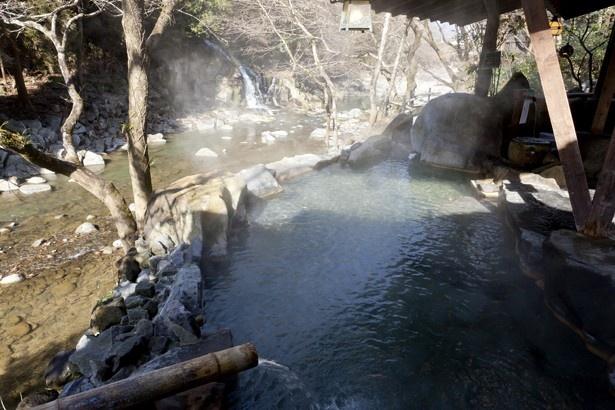 琴ひら温泉 ゆめ山水 / 渓流沿いにある男女別露天は川のせせらぎを聞きながら湯浴みを楽しめる