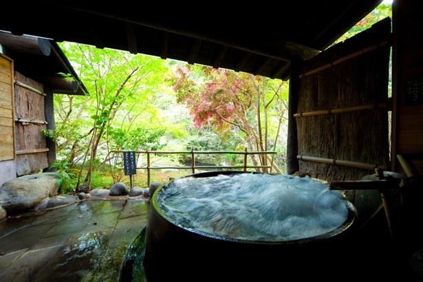 山荘天水 / 家族風呂の「かま湯」は閉店したうどん屋から譲り受けた大窯にジャグジーを備えている。5種類ある家族風呂は、45分間利用できる