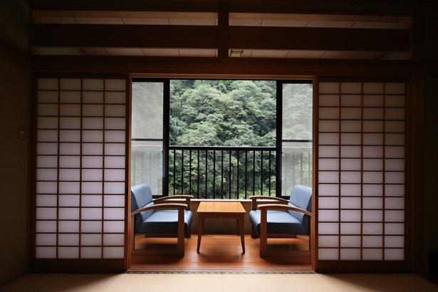 旅館 渓仙閣 / 山の爽やかな緑が目の前に広がる和室