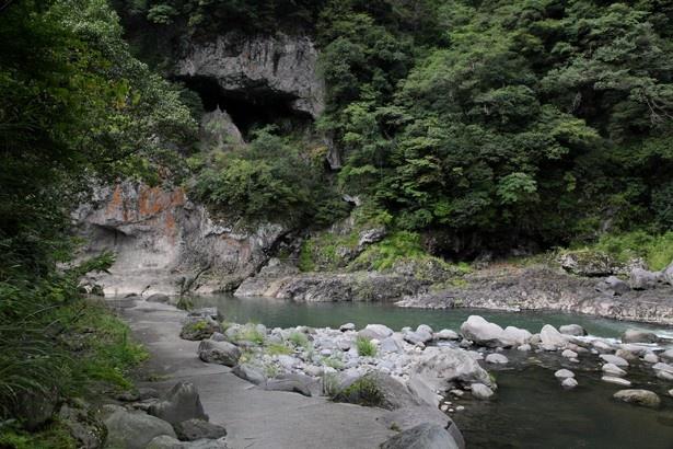 旅館 渓仙閣 / 旅館の目の前に流れる玖珠川沿いに整備された遊歩道。入浴後の散策に最適だ
