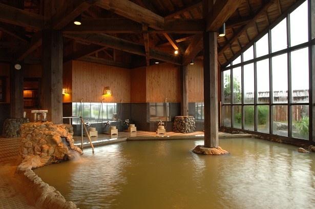 「レゾネイトクラブくじゅう」の大浴場「紅殻之湯(べんがらのゆ)」では立ち寄りが可能。高級感ある雰囲気がいい