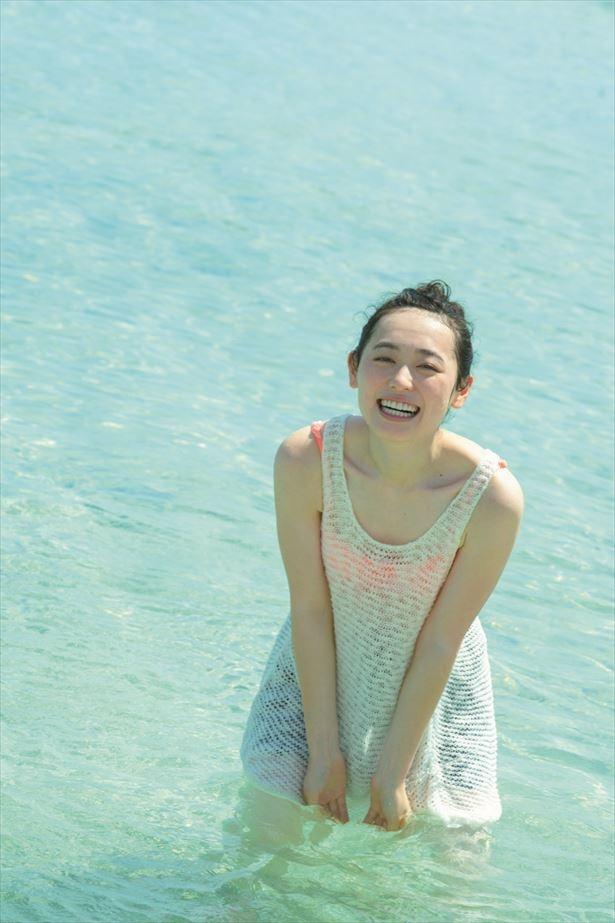【写真を見る】美しい鎖骨がチラリ…海での撮影で屈託のない笑顔を浮かべる福原遥