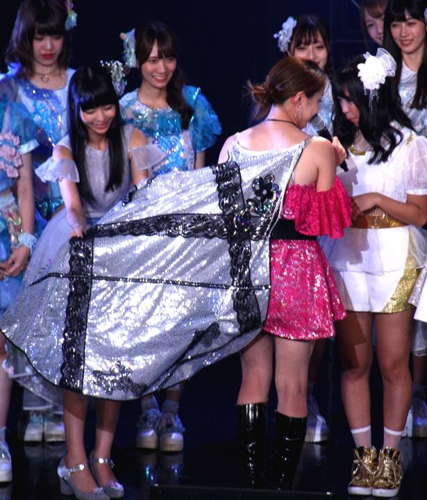 【写真を見る】ジャンヌダルクを意識したという吉川友の衣装にどよめきが