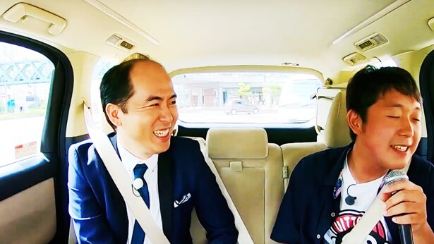 高校生の小椋康平さん(右)は演歌歌手になる夢を実現するため参加