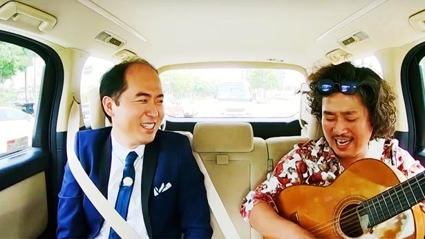 バーテンダーのロマさん(右)は流しの歌い手としても活動中