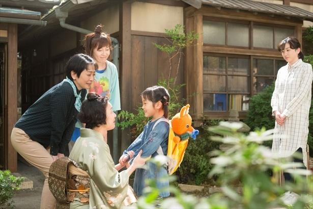 長らく世話になった叔母・光江(キムラ緑子)らの元を離れ、鈴愛と花野(山崎莉里那)は岐阜へ帰ってきた