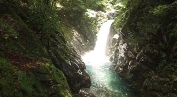 【横見滝】渓流の上にいっきに落ちる落差のある滝/轟 九十九滝