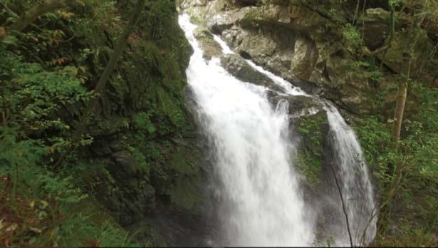 【丸渕滝】船滝のすぐ上流にあるのが、落差15mの丸渕滝/轟 九十九滝