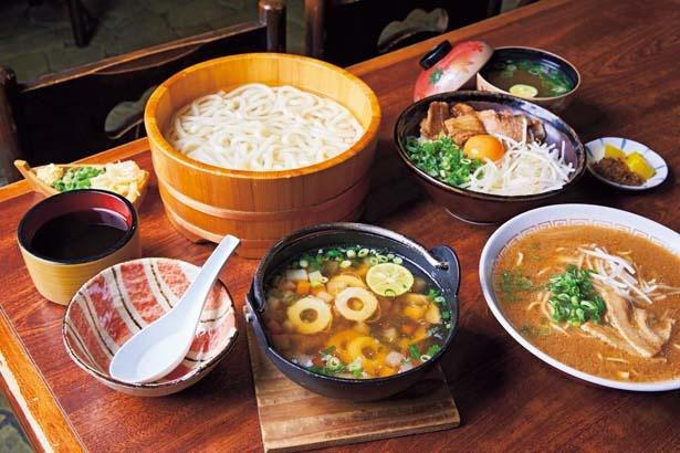 そば米雑炊(756円、手前左)、徳島ラーメン(702円、手前右)、たらいうどん(756円、奥左)、徳島丼(756円、奥右)/けんど茶屋