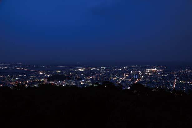 徳島市街の眺望が周囲に広がる、四国一とも呼ばれる美しい夜景/眉山