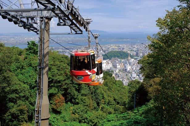 山麓駅から眉山山頂まで約6分で到着できるロープウエイ/眉山