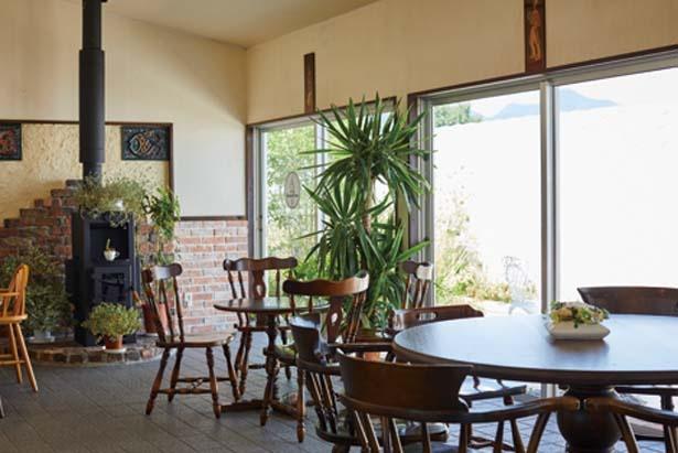 大小さまざまなテーブルが置かれた洋風の内装/ジェラテリアSpuntino