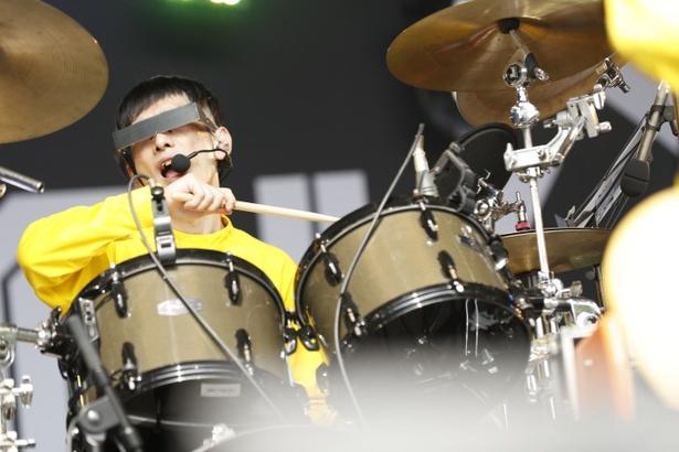 ヤノも楽しそうにドラムを叩いていく