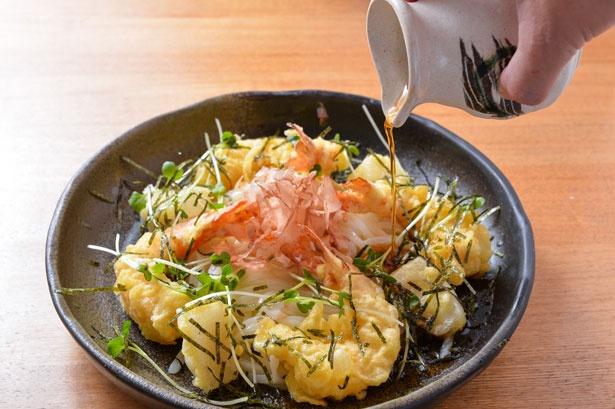 【写真を見る】エビとモチの天ぷらがアクセントの「海老と餅のぶっかけ」(730円)