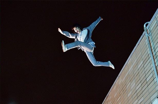 【写真を見る】視聴者が騒然!祐太郎(菅田将暉)がベランダから隣のビルに大ジャンプ