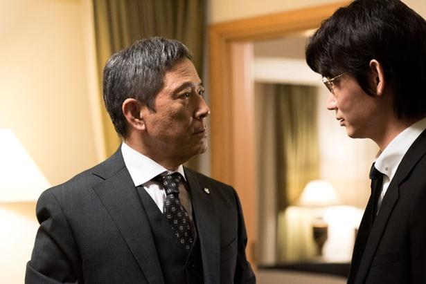 小林薫演じる強敵、三葉銀行常務取締役・飯島と鷲津(綾野剛)の対峙シーン