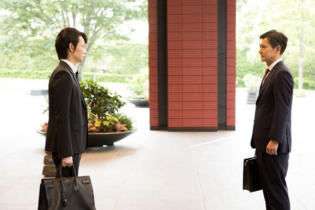 【写真を見る】綾野剛が「忘れられません」と語った、複雑な表情の芝野(渡部篤郎)
