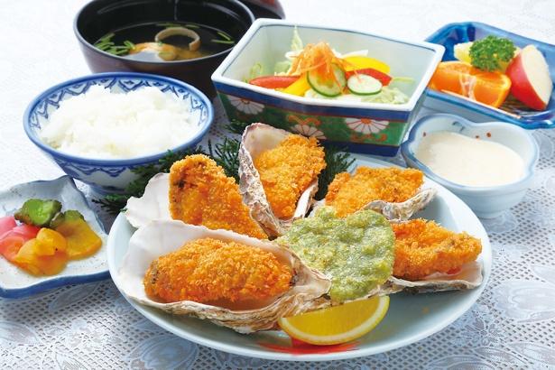 サラダやアオサの天ぷらなどが付く、「カキフライセット」(1836円)