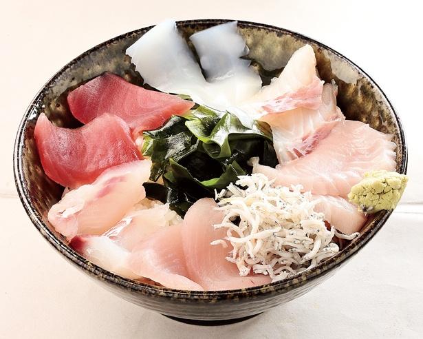 【写真を見る】鮮度抜群の魚介がぎっしり詰まった贅沢丼/「海鮮丼」(1500円)