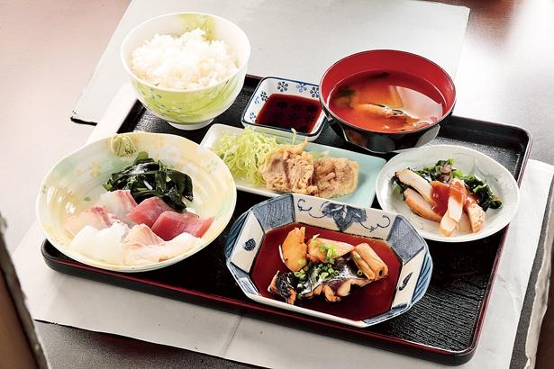 定食や丼には味噌汁と小鉢が付く。味噌汁は魚介のダシがしっかり効いており深い味わい/「日替わり定食」(1300円)